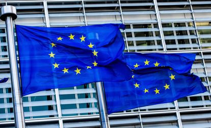Banderas de la UE ondean a las puertas de la Comisión Europea en Bruselas (Bélgica).