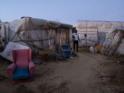 Las críticas del relator de la ONU tras visitar un asentamiento de inmigrantes en Lepe (Huelva) devuelven a la actualidad las duras condiciones de vida de los temporeros