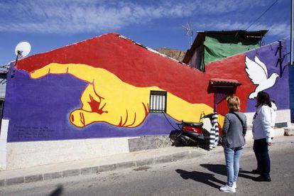 Mural con los colores de la bandera republicana realizado por Luis y Fran Cases.