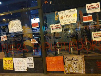 Carteles de protesta en el Mc Donald's de Miraflores, en Lima.