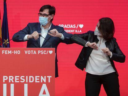 Salvador Illa en la sede del PSC celebra la victoria con el resto de su partido. En la imagen Illa con Eva Granados.