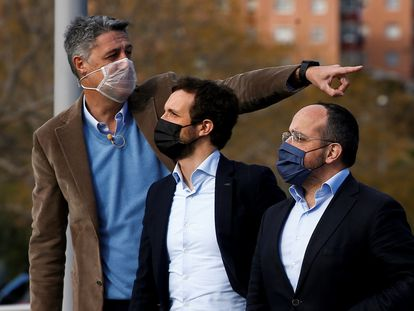 Xavier García Albiol, Pablo Casado y Alejandro Fernández (desde la izquierda), en un acto electoral en Badalona.