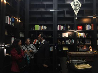 Visitantes en la biblioteca de la fundación.