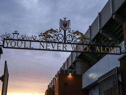 Vista general de las Puertas de Shankly para entrar a Anfield con la inscripción You'll Never Walk Alone.