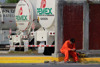 Un trabajador de Pemex durante una protesta en Cadereyta, Monterrey, el pasado 6 de agosto.