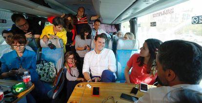Albert Rivera, líder de Ciudadanos, con periodistas y compañeros de partido en el autobús electoral.