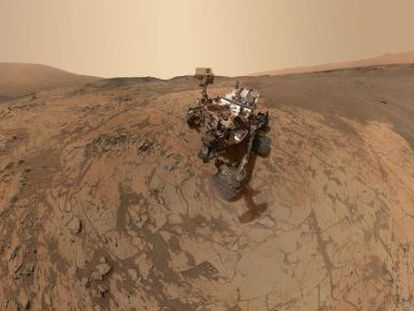 Autorretrato del robot Curiosity formado por decenas de imágenes tomadas el pasado enero en la zona de Marte bautizada Mojave.