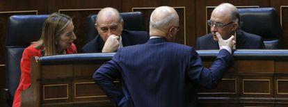 Los ministros de Fomento, Interior y Hacienda conversan con el portavoz de CiU, Josep Antino Duran Lleida.