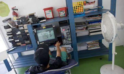 Un adolescente accede a internet para comunicarse con su familia en la casa de menores YMCA de Tijuana (México), en una foto de archivo.