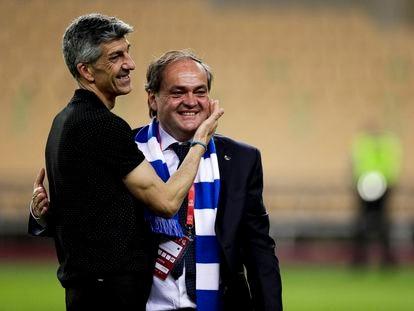 El entrenador de la Real, Imanol Alguacil, y el presidente, Jokin Aperribay, tras ganar la Copa del Rey el pasado abril en Sevilla.
