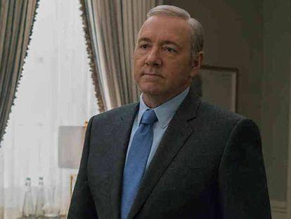 Kevin Spacey como Frank Underwood en 'House of cards', la última serie en la que ha trabajado y de la que fue expulsado tras ser acusado de abuso sexual. En vídeo, la felicitación del actor.