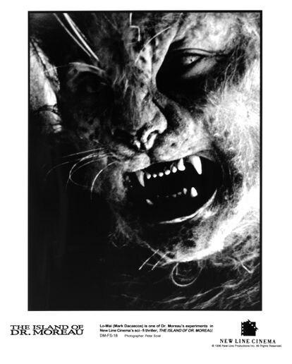 Cartel promocional de 'La isla del Dr. Moreau' con el actor Mark Dacascos caracterizado como una de las extrañas criaturas de la película.
