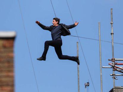 Tom Cruise salta, en un momento del rodaje de 'Misión Imposible 6'.