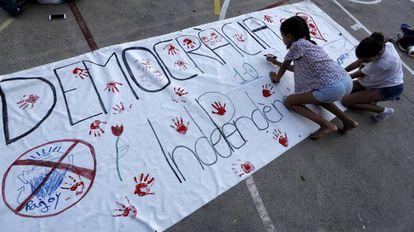 Unas niñas pintan una pancarta a favor de la democracia y la independencia en el colegio de Barcelona el fin de semana del 1-O.