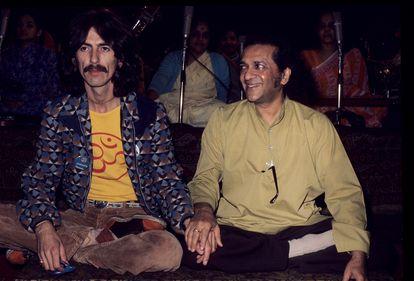 George Harrison y Ravi Shankar, en Londres alrededor de 1975.