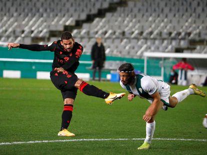 Willian José dispara ante un defensor para marcar el 0-2.