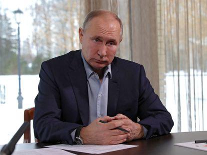 El presidente ruso, Vladímir Putin, en una videoconferencia con estudiantes rusos, este lunes desde su residencia de Zavidovo, a las afueras de Moscú.