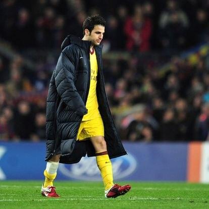 Cesc, se retira cabizbajo del terreno de jeugo del Camp Nou tras el partido ante el Barcelona.