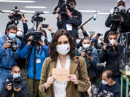 Isabel Díaz Ayuso, en el momento de su votación en las elecciones de la Comunidad de Madrid, el 4-M.