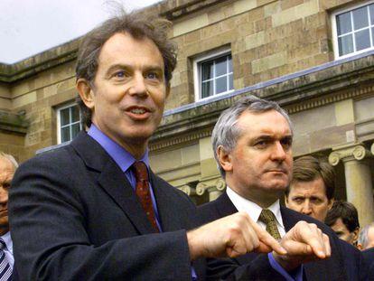 El exprimer ministro del Reino Unido Tony Blair (izquierda) y el de Irlanda Bertie Ahern, en 1998.