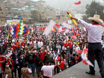 Pedro Castillo habla frente a sus seguidores en un mitin en Lima, el pasado 6 de junio. En vídeo, las incógnitas de su Gobierno.