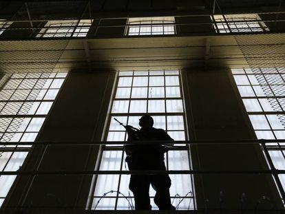 Un guardia en la Prision Estatal de San Quentin, California.