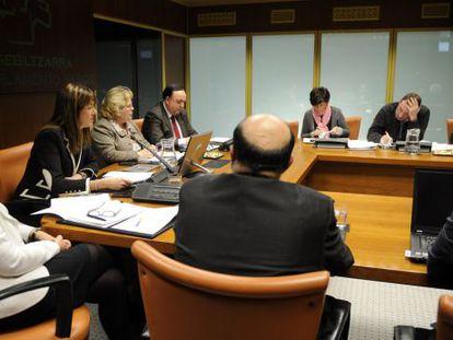 Idoia Mendia, segunda a la izquierda, durante su comparecencia de ayer en el Parlamento.