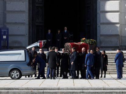 Familiares de Francisco Franco portan el féretro con los restos mortales del dictador tras su exhumación en la basílica del Valle de los Caídos, el 24 de octubre de 2019.