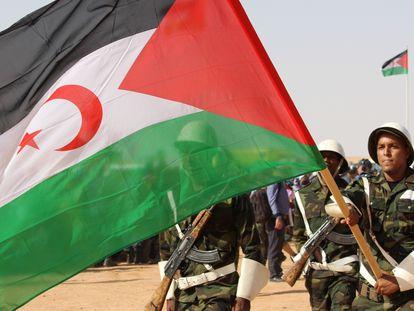 Tropas saharauis con la bandera de la RASD en una imagen de archivo.
