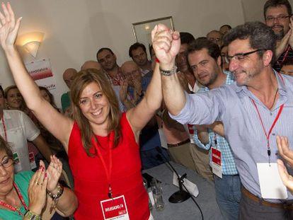 Antonio Gutiérrez Limones estrecha la mano a Susana Díaz después de ser elegida como secretaria general del PSOE de Sevilla.