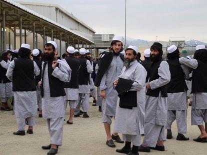 Un grupo de talibanes recién liberados de la cárcel de Bagram, a las afueras de Kabul.