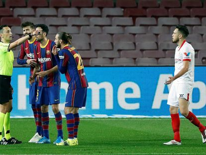 El árbitro Sanchez Martínez, durante la vuelta de las semifinales de la Copa del Rey entre el Barça y el Sevilla en el Camp Nou.