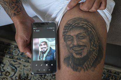 Alfredo Cordero muestra en su casa de Madrid y en el verano de 2019 la última imagen que le envió su difunto hermano, Navid Sanati, y que se tatuó en el muslo izquierdo.
