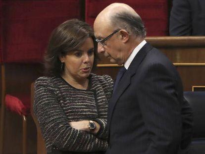 El ministro de Hacienda, Cristóbal Montoro, conversa con la vicepresidenta del Gobierno, Soraya Sáenz de Santamaría.