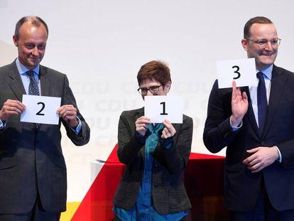 De izquierda a derecha, Friedrich Merz, Annegret Kramp-Karrenbauer y Jens Spahn, candidatos a suceder a Angela Merkel antes de un acto de campaña en noviembre.