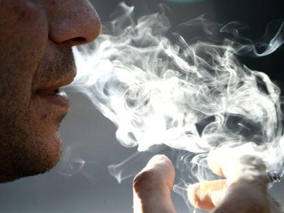 Un hombre fuma el pasado 31 de mayo, Día Mundial Sin Tabaco.
