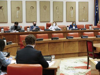 La presidenta de la Diputación Permanente, Meritxell Batet (segunda por la derecha, al fondo), al inicio de la reunión de la Diputación Permanente del 1 de enero.