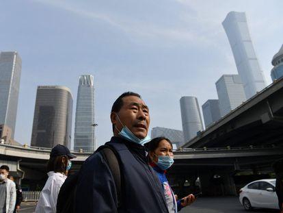 Un hombre espera en un cruce de peatones en Pekín este martes