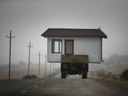 <b>Con la casa a cuestas en medio de la guerra</b>. Una imagen rocambolesca para una de las últimas guerras en el mundo. Una familia armenia se lleva su casa sobre un camión antes de que cobre efecto el alto el fuego en la región separatista de Nagorno Karabaj.
