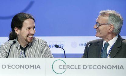 El secretario general de Podemos, Pablo Iglesias, junto al presidente del Círculo de Economía, Antón Costas.