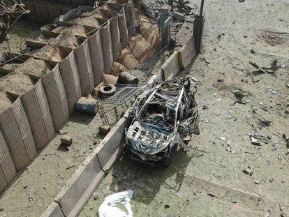 Estado en que quedó el coche bomba que explotó junto a la base europea de Kulikoro (Malí).