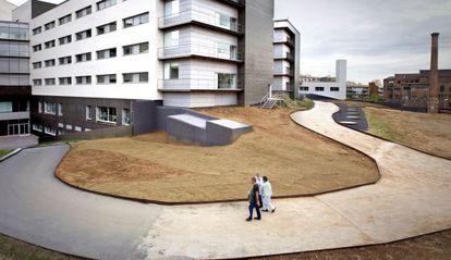 Traslado de los últimos pacientes del recinto histórico de Sant Pau al nuevo edificio.
