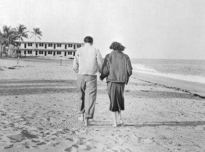 Frank Sinatra y Ava Gardner paseando por una playa de Miami dos días antes de su boda en 1951.