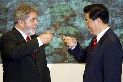 El presidente de Brasil, Lula da Silva, y el chino, Hu Jintao, celebran la firma de acuerdos en Pekín, en 2004.
