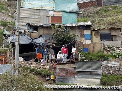 Un grupo de jóvenes, en un asentamiento irregular en Bogotá.