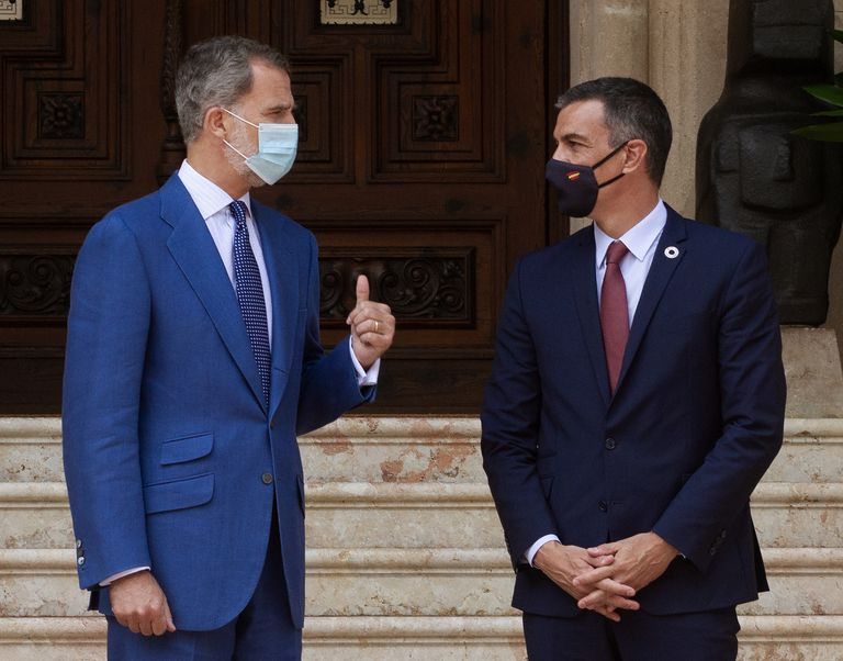 El rey Felipe en el Palacio de Marivent junto al presidente del Gobierno, Pedro Sánchez.