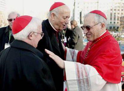Los cardenales Rouco (a la derecha), Cañizares (a la izquierda) y García-Gasco conversan en la concentración del pasado domingo en Madrid.