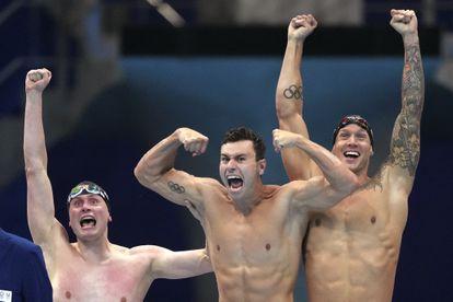 Beck, Pieroni y Dressel celebran el triunfo del relevo de 4x100.
