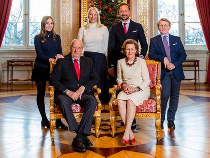 Los reyes Harald y Sonia, y tras ellos el heredero, Haakon, con su esposa Mette Marit y los dos hijos que tienen en común, los príncipes Ingrid Alexandra y Sverre Magnus.