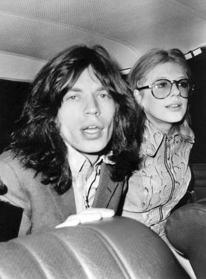 Mick Jagger y Marianne Faithfull, después de declarar en un juicio por tenencia de drogas. Fue cuando eran pareja en 1969.